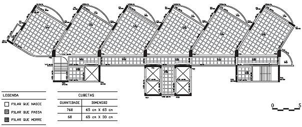 Antes centralizados em relação ao comprimento do edifício, os poços de elevadores e as escadas foram alinhados aos pórticos de contraventamento - nas extremidades das torres - para aumentar a rigidez à torção e melhorar a estabilidade global da estrutura