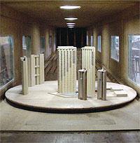 As particularidades da estrutura, como a elevada esbeltez, levaram à realização de ensaio em túnel de vento que revelaram elevados esforços torçores em situações não contempladas em norma