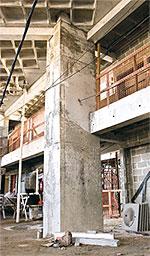 Executados com fôrmas de madeira, os pilares receberam concreto de 45 e 35 MPa. As lajes, que utilizaram cubetas plásticas, e as vigas, apresentam resistência característica à compressão de 35 MPa
