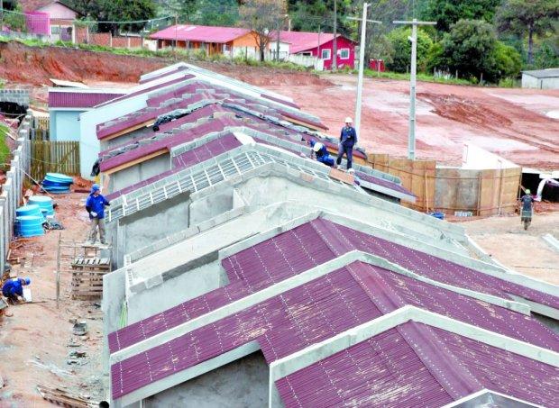 Casas em construção em Ponta Grossa: projetos populares ganham espaço