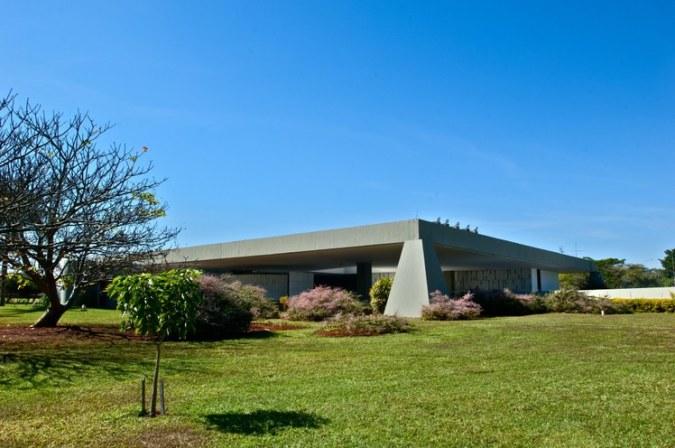 Em memorial descritivo, Oscar Niemeyer, autor do projeto, explica que decidiu misturar características das antigas casas de fazenda com a moderna técnica de concreto armado. Foto: Aluízio de Assis / Divulgação