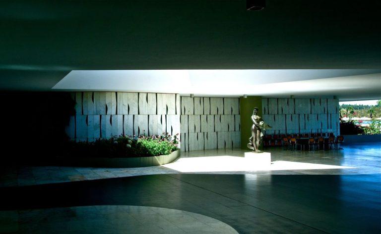 Em destaque, a escultura em bronze, Leda e o Cisne, de Alfredo Ceschiatti e, ao fundo, painel de Athos Bulcão. Foto: Aluízio de Assis / Divulgação